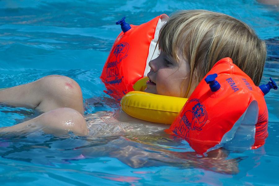 Bild 2: Kinder lernen schwimmen