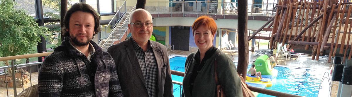 Banner: Daniel Arlitt und Petra Gümmer treffen sich mit Herrn Kirchhöfer zu einem Gespräch im Tropicana
